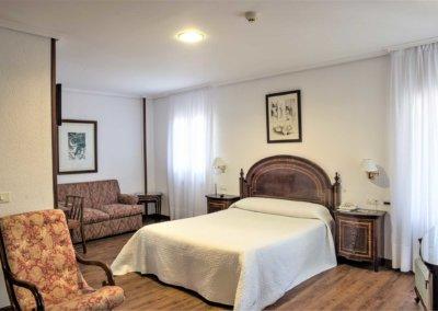 habitación con balcón en el hotel museo los infantes tu hotel en santillana del mar